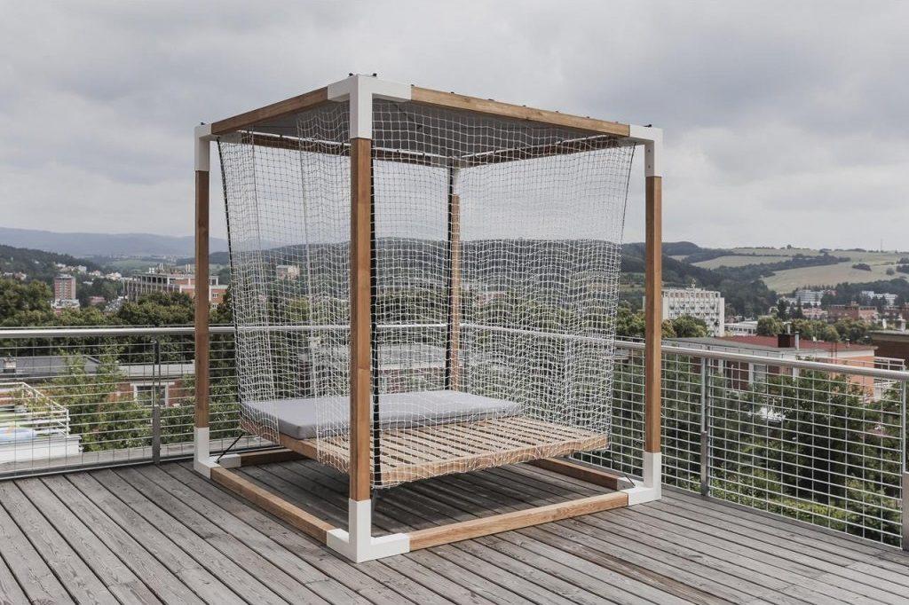 Luxusní houpací postel na terasu. Zdroj: Sunsystem.cz
